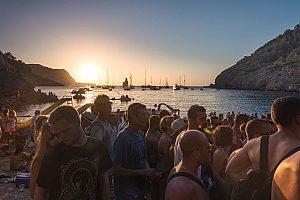 Bootstour zu Ibizas Hippie Strand: Erlebe den Sonnenuntergang in Benirrás