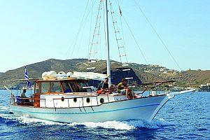 Ab Vlichada auf Santorini Boot fahren