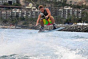 Mit dem Wakeboard an Gran Canarias Südküste über das Wasser gleiten