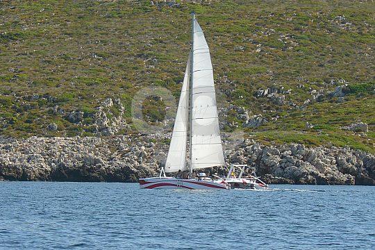 catamarán en la costa de Menorca