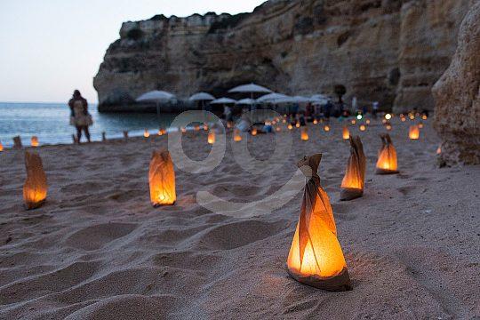 Velas y música al atardecer cena en la playa