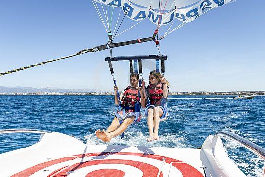 Spaß beim Parasailing an der Playa de Palma