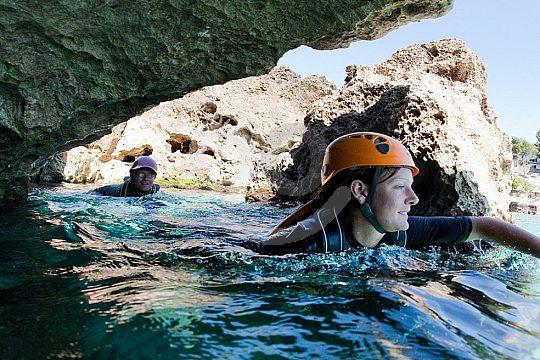 nadar durante Coasteering en Mallorca