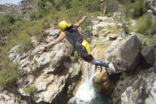 Sprung beim Canyoning nahe Granada