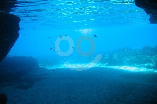 Bajo el agua en la cueva