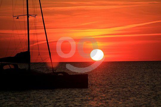 Navegación y sol en el agua