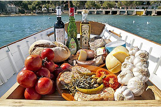 comida tradicional de Mallorca en el alquiler del barco