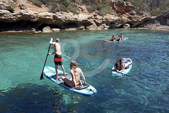 SUP fahren in einer Ibiza Bucht