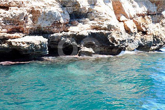 mar turquesa alrededor de Portocolom