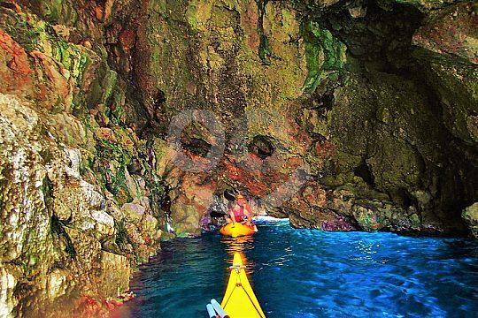 con kayak en una cueva marína