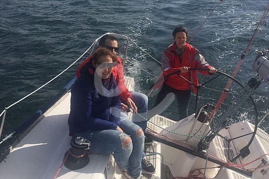 amigos con patrón en el velero privado