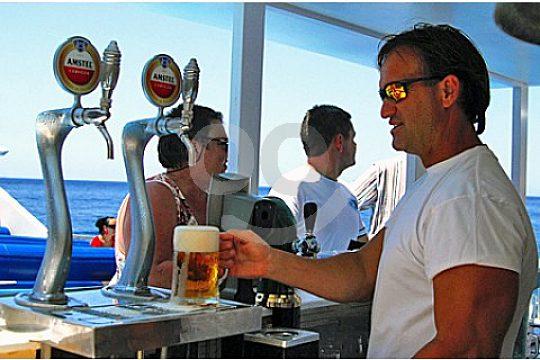 Bebida a bordo del catamaran en Mallorca