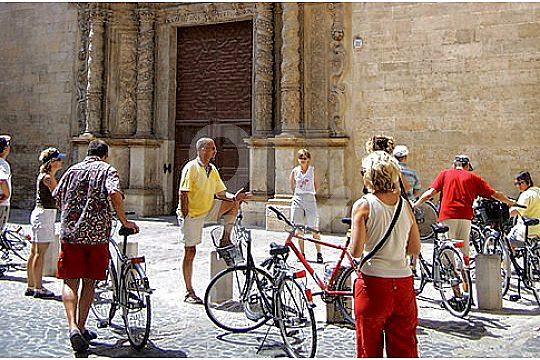 radfahrer vor kirche
