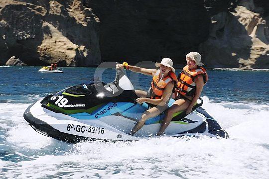 Dos en la moto acuática