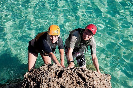 abseiling y escalada durante Coasteering
