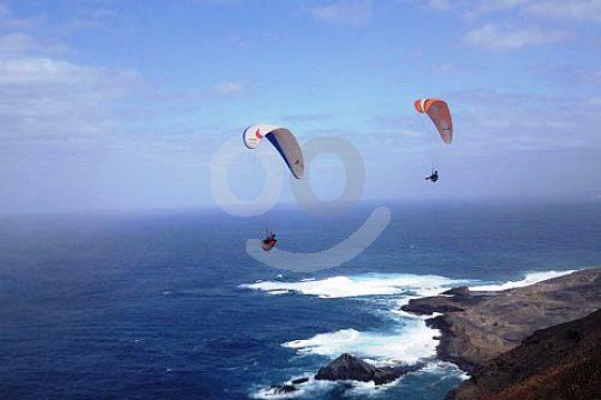 Gran Canaria Gleitschirmflug über dem Meer