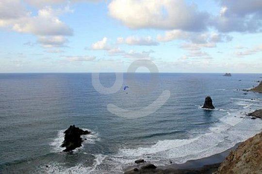 Gleitschirmflug über das Meer