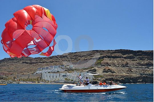 Parasailing hinter dem Boot auf Gran Canaria
