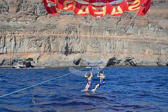 Parasailing Gran Canaria Eintauchen im Wasser