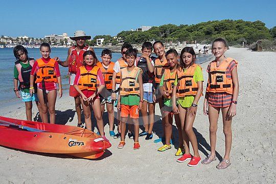 niños haciendo kayak en Colonia Sant Jordi