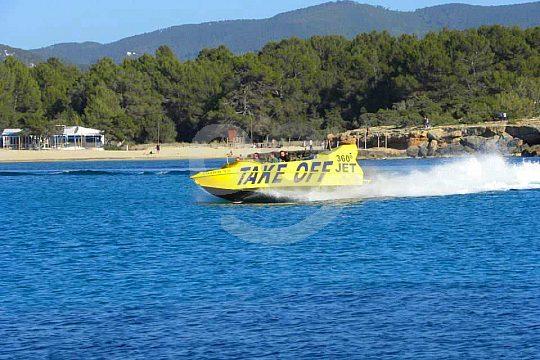 Jet boat en grupo por el mediterraneo en la costa de ibiza