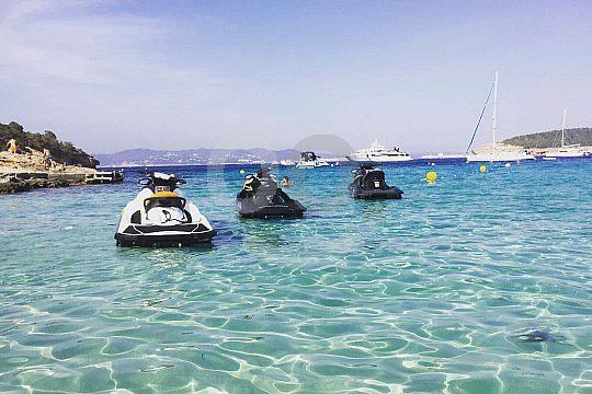 en Playa d'en Bossa con moto de agua en Ibiza