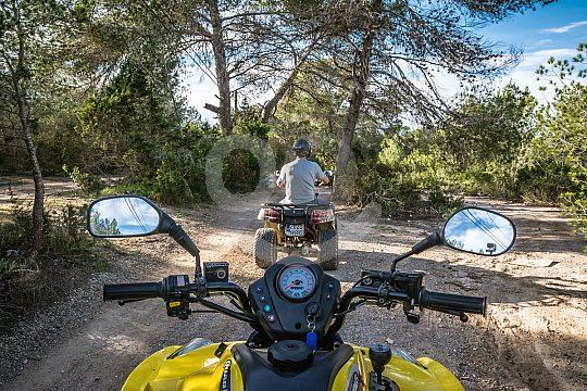 en Ibiza con el quad por el bosque