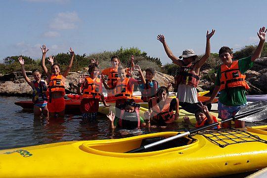 grupo con kayaks en Mallorca