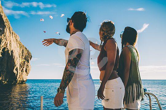 Durante el día en catamarán en Ibiza
