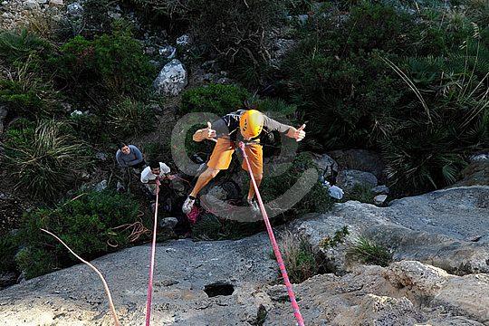 rappel durante una excursión de escalada en Mallorca