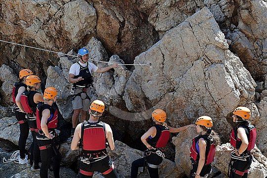 en un grupo Coasteering en Mallorca