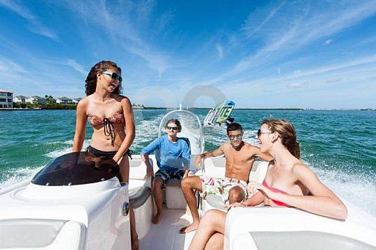 Bootsausflug mit Freunden auf dem Meer
