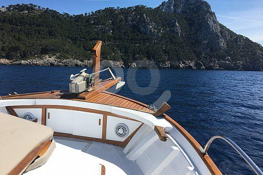 Relajarse tomando el sol en el barco