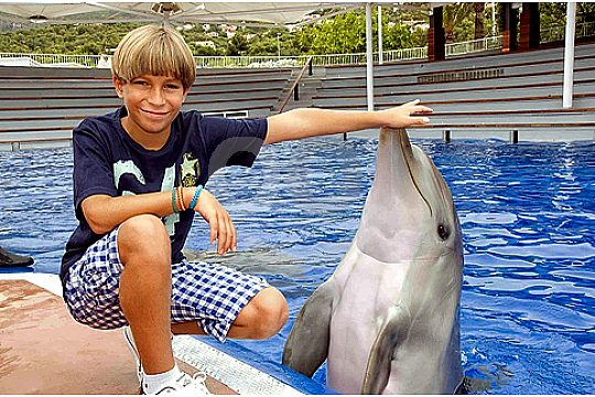 niño con delfin en Marineland Mallorca