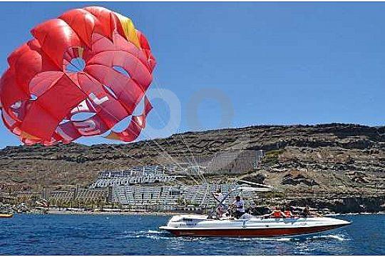 Parasailing detras de la barca en Gran Canaria