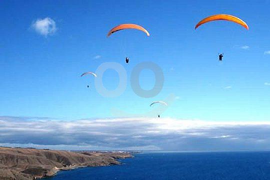 Zwei Paraglider in Gran Canaira