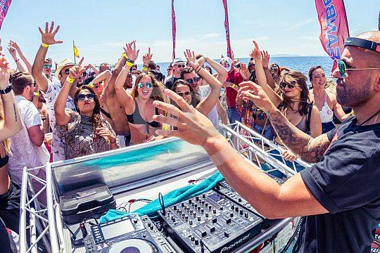 Partyboot Ibiza mit Live DJ