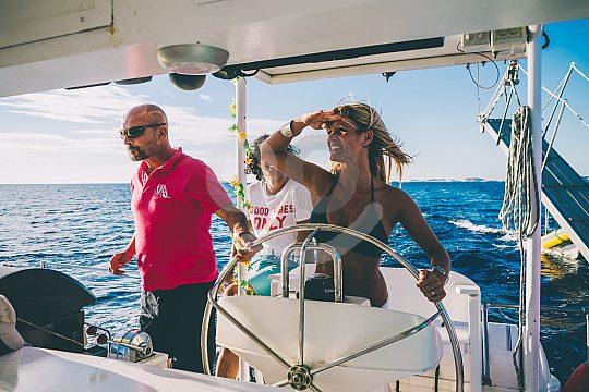 Disfrutando el catamarán en Ibiza
