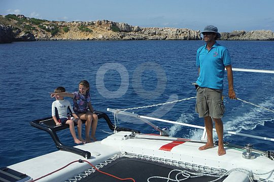 navegar con catamarán en Menorca