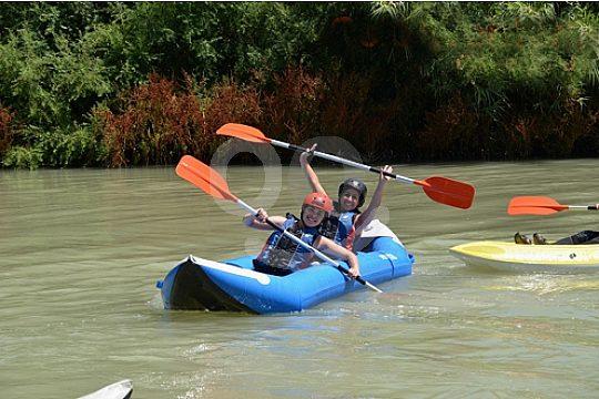 dos personas en kayak de aguas bravas en Andalucia