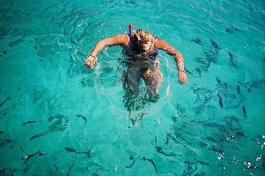Vista bajo el agua con gafas de buceo