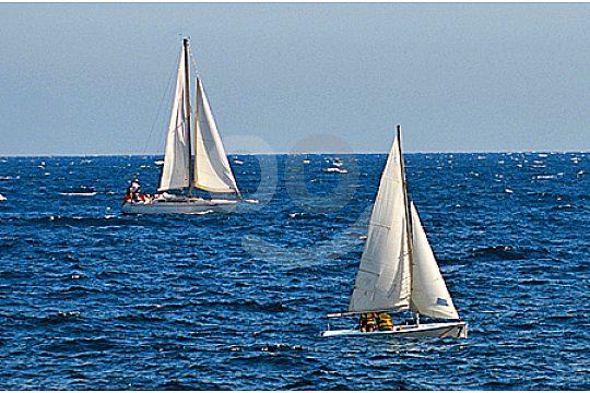 enfrente la costa de Mallorca con velas ligeras