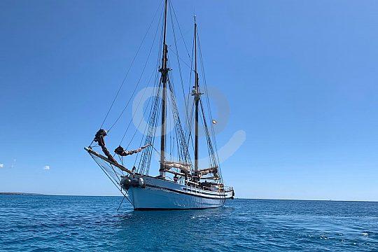 Ibiza mit dem Segelschiff erkunden