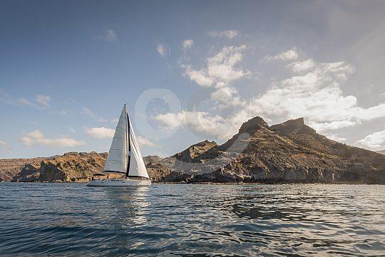 Sicht auf die Küste beim Segeln auf Gran Canaria