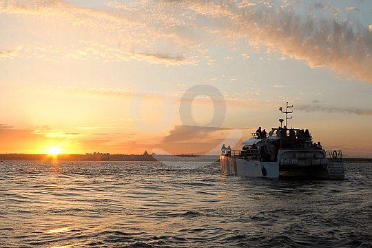 Paseo en barco hacia el atardecer