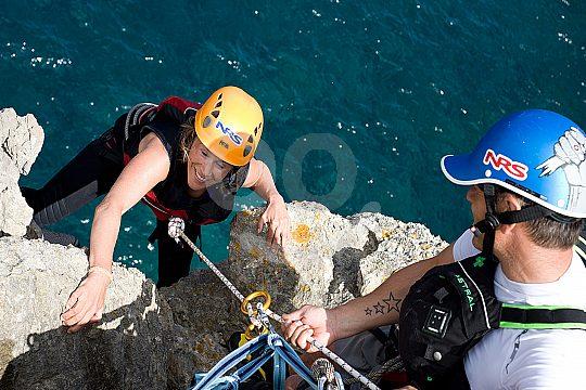 escalada durante Coasteering en Mallorca