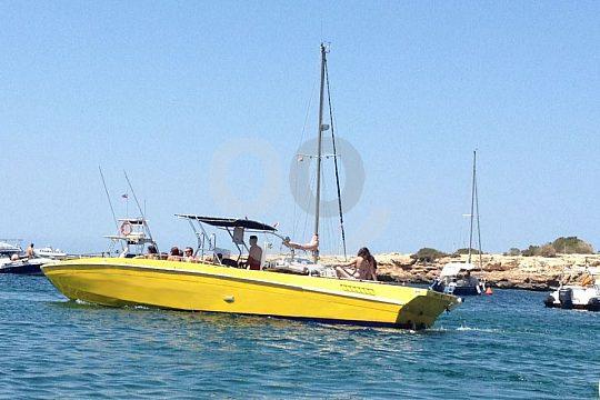 paseo en barco en Ibiza con deporte acuático