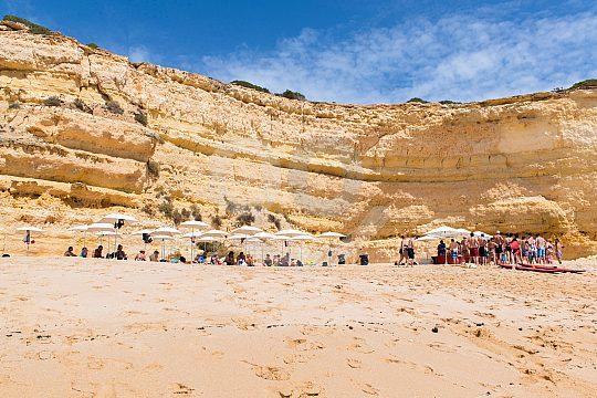 Playa y rocas en la bahía
