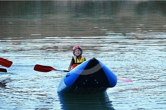niño en el tour con kayak cerca de Malaga