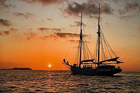 Segeln zum Sonnenuntergang vor Ibiza